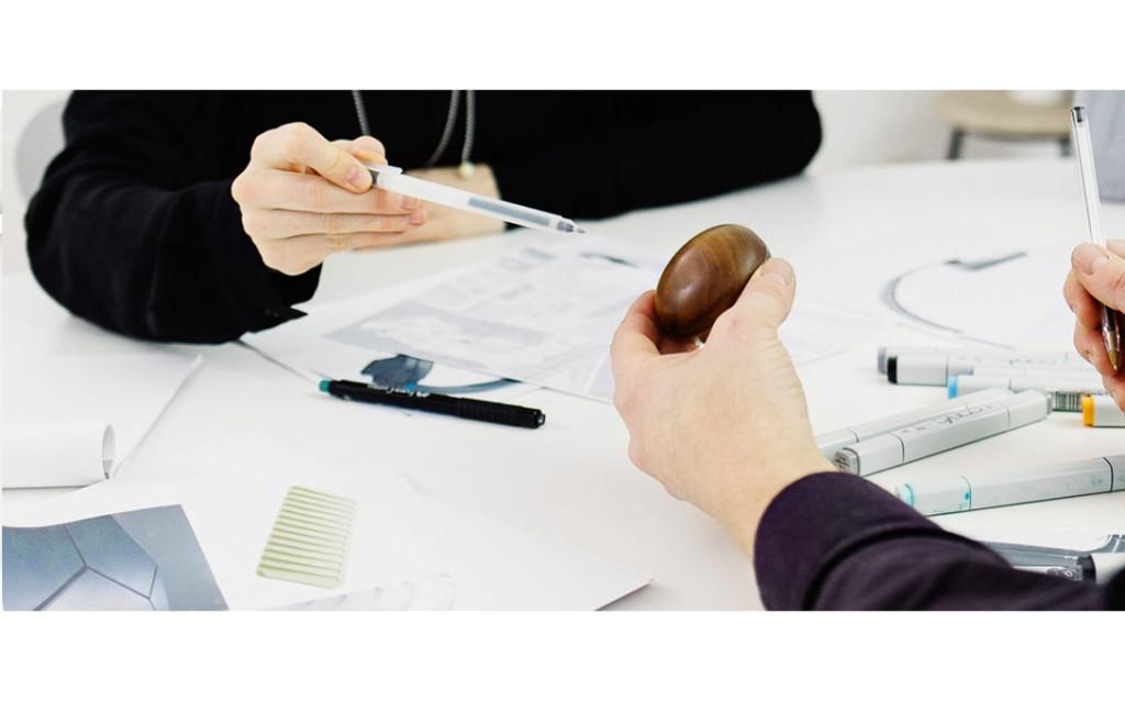 Küchenhelfer design Das Aufbewahrungssystem Keep It Clean verstaut alle Reinigungsgegenstände, die zum Spülen verwendet werden. Der Bereich um die Spüle wirkt dadurch aufgeräumt und deutlich aufgewertet. Das System verfügt über eine gute Durchlüftung sowie ein Auffangbehältnis für Wasser und kann leicht gereinigt werden. Die einzelnen Edelstahlelemente lassen sich mit geringen Werkzeug-kosten herstellen. Küchenhelfer design BUDDE BURKANDT DESIGN gestaltet Produkte. Wir verbinden strategisches Denken mit innovativen Lösungen, ausgezeichnetem Design und hoher Umsetzungskompetenz.Auf dieser Basis bieten wir eine zielgerichtete Leitung und Durchführung aller Prozesse der Produktgestaltung und Produktentwicklung an - von der ersten innovativen Idee bis zur marktreifen Umsetzung. küchenhelfer design